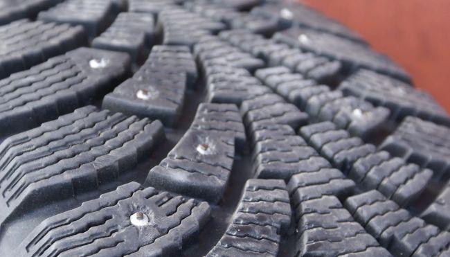 5 ошибок водителя, из-за которых из шин вылетают шипы 3