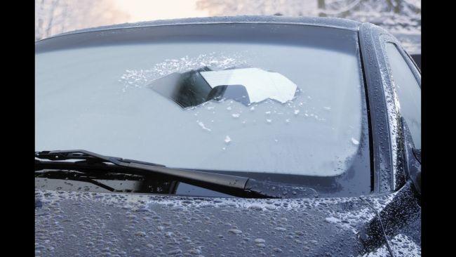 Как убрать лёд с замёрзшего стекла авто?